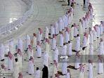 ilustrasi-pelaksanaan-salat-berjaamaah-di-depan-kabah-makkah-arab-saudi.jpg
