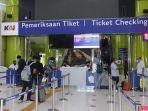ilustrasi-pembelian-tiket-dan-pengembalian-tiket-kereta-api-di-stasiun-gambir.jpg