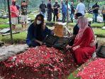 istri-ricky-yacobi-di-pemakaman.jpg