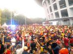 jakmania-mulai-memasuki-kawasan-stadion-utama-gelora-bung-karno-2_20180217_183142.jpg