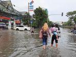 jalan-panjang-kedoya-utara-kebon-jeruk-jakarta-barat-masih-tergenang-banjir.jpg