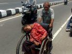 kakek-di-jogja-dorong-kursi-roda-istrinya-berobat_20181007_182526.jpg