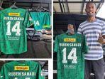 kapten-bhayangkara-fc-ruben-sanadi-saat-memperlihatkan-jersey-mantan-klubnya.jpg