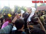 karyawan-alexis-memprotes-kedatangan-satpol-pp_20180329_182213.jpg