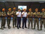 kasau-marsekal-tni-hadi-tjahjanto-berikan-penghargaan-kepada-prajurit-paskhas_20170217_103506.jpg