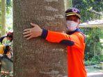 kepala-bnpb-letjen-tni-doni-monardo-memeluk-pohon-sengon.jpg