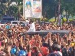 kerumunan-warga-saat-kunjungan-presiden-jokowi-ke-maumere-ntt.jpg