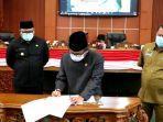 ketua-dprd-kota-depok-tm-yusufsyah-putra-menandatangani-raperda.jpg