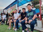 ketua-noc-indonesia-raja-sapta-oktohari-saat-menyaksikan-laga-reuni-legenda-sepak-bola.jpg