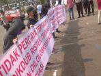 koalisi-pemuda-mahasiswa-anti-plagiasi-melakukan-aksi-unjuk-rasa.jpg