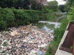 kumpulan-sampah-plastik-dan-eceng-gondok.jpg