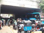 lalu-lintas-macet-akibat-krl-anjlok-di-stasiun-manggarai-2_20171003_103557.jpg