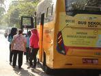 lansia-di-jakarta-utara-manfaatkan-bus-sekolah-menuju-tempat-vaksinasi-covid-19.jpg