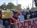 mahasiswa-di-bekasi-demonstrasi-tuntut-keringanan-biaya-kuliah.jpg