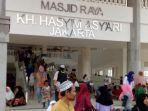 masjid-raya-kh-hasyim-asyari-ramai-dikunjungi-warga_20170416_160627.jpg