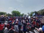 massa-buruh-berdemo-di-kantor-pemerintah-kabupaten-karawang.jpg