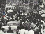 masyarakat-mengikuti-pemakaman-sukarno-di-blitar200501.jpg
