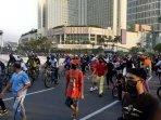 masyarakat-tumpah-ruah-di-sekitar-bundaran-hotel-indonesia210620202.jpg