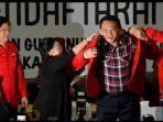 megawati-soekarnoputri-pakaikan-jaket-merah-basuki-tjahaja-purnama-alias-ahok.jpg