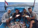 muhammad-toha-dua-dari-kiri-memancing-bersama-teman-temannya-di-laut.jpg