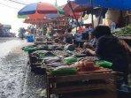 para-pedagang-yang-menggelar-lapak-di-jalan-usman-pasar-ciputat120620201.jpg