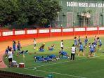 para-pemain-bhayangkara-fc-saat-melakukan-latihan-penguatan-otot-di-stadion-ptik.jpg