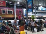 para-penumpang-kereta-api-di-stasiun-tawang-semarang.jpg
