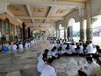 para-santri-melakukan-tadarus-di-masjid-pondok-pesantren-at-taqwa-putra-1.jpg