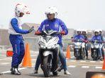 para-wanita-wajib-paham-dan-memperhatikan-beberapa-hal-saat-berkendara-sepeda-motor.jpg