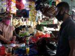 pedagang-di-pasar-petojo-enclek-melayani-pembeli.jpg