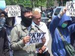 pegawai-magang-pt-transjakarta-melakukan-aksi-di-depan-kantor-pt-transjakarta_001.jpg