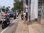 pejalan-kaki-sedang-melintas-di-pinggir-trotoar-karena-akses-terhalang-baliho-muhamad-saraswati.jpg