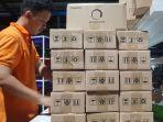 pekerja-mengemas-barang-pesanan-konsumen-di-warehouse-jet-commerce.jpg