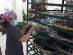 pekerja-sedang-bersiap-mengolah-pembuatan-kue-keranjang-dan-dodol.jpg