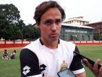 pelatih-bhayangkara-fc-paul-munster-saat-diwawancarai-seusai-memimpin-latihan-di-stadion-ptik.jpg