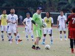 pelatih-persib-bandung-robert-rene-alberts-saat-memimpin-latihan-di-lapangan-sepakbola-saraga.jpg