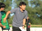 pelatih-timnas-indonesia-shin-tae-yong-saat-memberi-materi-latihan-kepada-pemain.jpg
