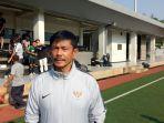 pelatih-timnas-indonesia-u-23-indra-sjafri-saat-ditemui-seusai-memimpin-latihan-di-lapangan-c.jpg