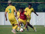 pemain-persebaya-surabaya-sedang-latihan-hadapi-liga-1-2021.jpg