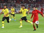 pemain-timnas-indonesia-stefano-lilipaly-berbebut-bola-dengan-pemain-timnas-malaysia.jpg