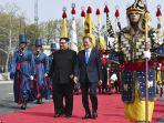 pemimpin-korea-utara-kim-jong-un-bersama-president-korea-selatan-moon-jae-in3_20180427_092759.jpg