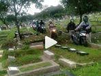 pemotor-melintas-di-kuburan.jpg