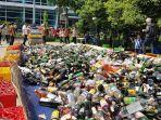 pemusnahan-7500-botol-miras-di-plaza-pemerintah-kota-bekasi_20171026_124735.jpg