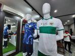 penampakan-jersey-away-timnas-indonesia-dan-jersey-kiper-saat-diperkenalkan-di-kantor-mills.jpg