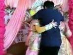 pengantin-perempuan-dipeluk-mantan_20180303_112221.jpg