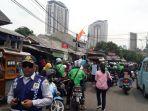 pengemudi-ojek-online-di-depan-stasiun-kebayoran-lama_20171108_111524.jpg