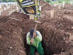 penggali-makam-di-tpu-srengseng.jpg