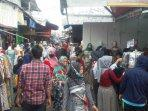 pengujung-pasar-jatibaru-tanah-abang-membludak180501.jpg