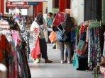 pengunjung-memilih-baju-yang-dijual-pedagang-di-kawasan-malioboro280502.jpg