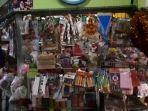 penjual-asesoris-natal-pasar-santa.jpg